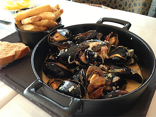 Gorgonzola PEI Mussels (garlic, red onions, leeks, hand cut fries and gorgonzola cream) $18 - at XIX Nineteen.
